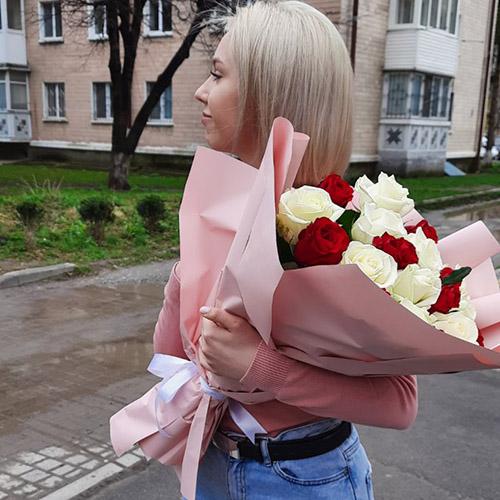 """Букет """"Спокуса"""" - 21 червоно-біла троянда фото вручення"""