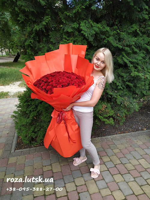фото метрові троянди у Луцьку