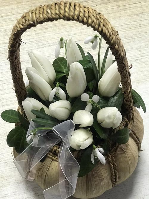 фото букета білі тюльпани в кошику