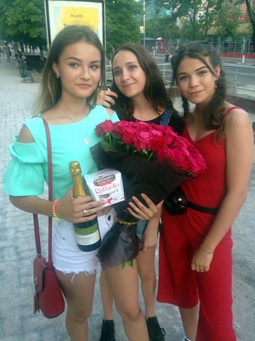 букет троянд, цукерки з доставкою в Луцьку